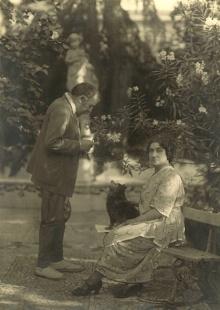 Mariano Benlliure y Lucrecia Arana en el jardín de la casa en la calle de Abascal en Madrid. Archivo Fundación Mariano Benlliure