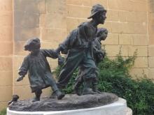 """Antonio Sciortino, """"Les Gavroches"""", copia posterior en bronce, Jardín-mirador Barrakka, La Valetta. Foto Archivo Fundación Mariano Benlliure (AFMB)"""
