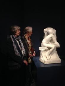 Dos nietas de Miguel Blay en la inauguración de la exposición en el Museo del Prado. Foto Archivo FMB