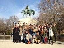 Recorrido navideño por los monumentos de Mariano Benlliure: Amigos de la Fundación en el monumento al general Martínez Campos. Foto FMB