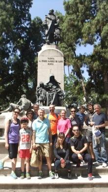 Participantes en la Ruta Benlliure en bicicleta por Valencia delante del monumento al marqués de Campo