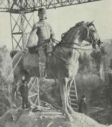 Mariano Benlliure supervisando la colocación de la estatua de Alfonso XII a caballo (En el ángulo inferior derecho junto a la escalera de mano). Foto Archivo FMB