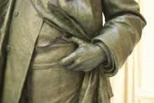 Monumento al marqués de Larios, detalle de la mano izquierda del marqués. Foto Fundación Mariano Benlliure