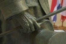 Monumento al marqués de Larios, detalle de la mano derecha del marqués. Foto Fundación Mariano Benlliure
