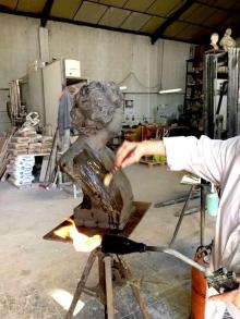 Proceso de patinado de la copia en bronce del busto de Lucrecia Arana. © Fundación Mariano Benlliure