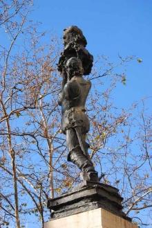 Monumento a Cervantes en los jardines de la Calle Guillén de Castro. Foto Arch. FMB