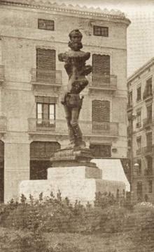 Monumento a Cervantes en la plaza del Picadero, hoy de los Pinazo. Foto Arch. FMB