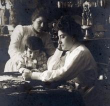 Lucrecia Arana con su hijo José Luis Mariano Benlliure Arana. Foto Archivo FMB