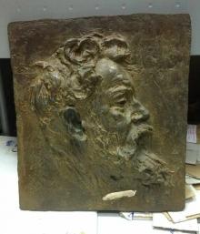 Copia del relieve retrato de Joaquín Sorolla, con la firma apócrifa lijada. Foto Archivo Fundación Mariano Benlliure