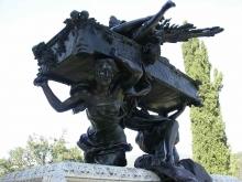 Alegorías de la Armonía y la Melodía que elevan el féretro, Mausoleo de Julián Gayarre. Foto Archivo Fundación Mariano Benlliure