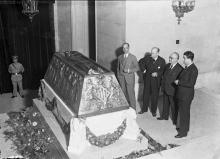 El arquitecto municipal Javier Goerlich y Mariano Benlliure (1º y 2º por la izquierda) frente al Sarcófago de Blasco Ibáñez, expuesto en el Ayuntamiento de Valencia. 1935. Foto Archivo Fundación Mariano Benlliure