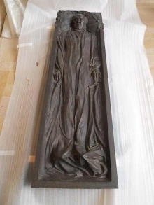 Relieve con la figura yacente de Blasco Ibáñez que hace de tapa del Sarcófago. Foto Archivo Fundación Mariano Benlliure